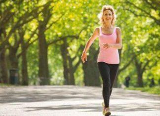 γυναικα περπαταει γρηγορα